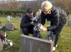 Maria. Peter och Astrid Forslin tänder ljus kyrkogården vid Selånger kyrka.