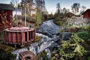 Det enda som finns kvar på platsen för den första turbinen i Stocksbo är fundamentet till sågverket  där generatorn satt, samt ett turbinhjul.