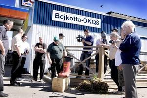 UPPBÅD. Flera kameror dokumenterade hur byborna malde sönder sina bensinkort utanför macken i Torsåker. Här är det delägaren Sompa Björtoft som släpper sitt kort i kvarnen.
