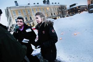 Informerade. Under ljusmanifestationen delade Ewa-Britt Gabrielsen och Eva Borg ut information om sina organisationer. Det är viktigt att uppmärksamma brottsoffren och de anhörigas situation, tycker de.