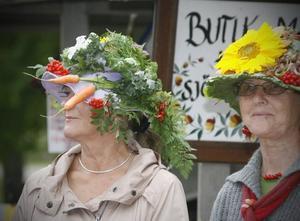 ÄTBARA HATTAR. Kaninerna från kaninhoppningen intill hade säkert inte haft något emot att hugga in på dessa skördehattar av blad, morötter, rönnbär och blommor.
