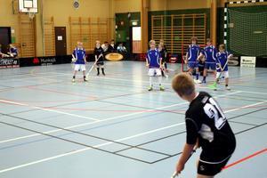 Askersund IBK i svarta tröjor och IFK Kumla i blå tröjor.
