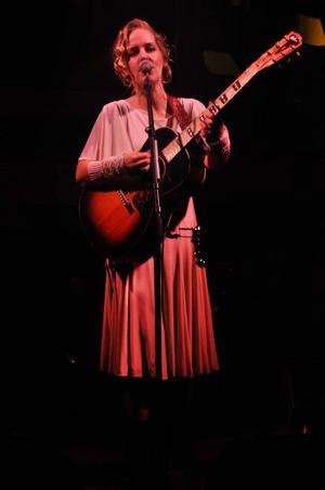 Sofia Karlsson spelade tillsammans med Martin Hederos i Sunne kyrka, och bjöd på en av årets bästa julkonserter.