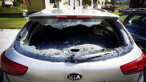 Naken och drogpåverkad gick 31-åringen loss på flera bilar i Västanfors.