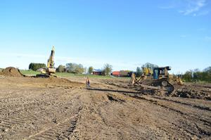 Maskiner i aktion. Grävningarna för Vattenpark Lillån har börjat. Vid årskiftet kommer vattnet från reningsverket att släppas på.