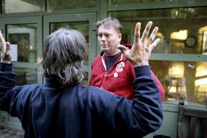 Hemlös på prov. Politikern Staffan Jansson (S), i röd tröja, skulle pröva på livet som hemlös, men bara för en natt. Vid Eken mötte han hemlösa och uteliggare som har många års erfarenhet att överleva utan hem i värme och kyla.Foto: Kenneth Hudd
