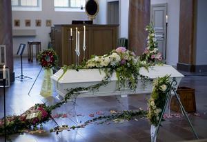 Den vackert dekorerade kistan vid Lotta Rudholms begravning i domkyrkan.