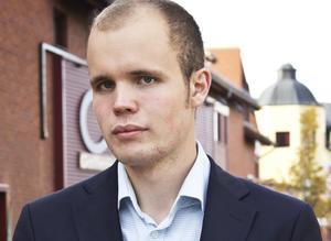 Filip Djupenström, sitter kvar i Avestas kommunfullmäktige som vilde.
