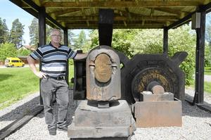 Geocaching. Stig-Ove Pettersson har hållit på med geocaching i två år. Hittills har han funnit 130 stycken. Här vid Stångjärnshammaren i Laxå finns det en cach gömd. Foto: Tove Svensson