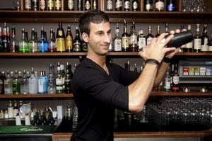 Bondigt hantverk. Mikael Bandricksson, bartender på Bill & Bob, är en hejare på Martini.