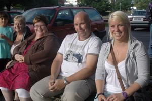 För familjen Eriksson, Elin, Stefan och Barbro, är det inte första gången de är på cruising. - Man har stått här när det varit regnväder också, säger Barbro, som sitter trea från höger.