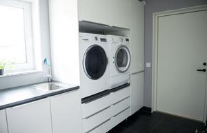 Grovingången till tvättstugan är smart placerad och det lätt att hålla ordning på smutstvätten.