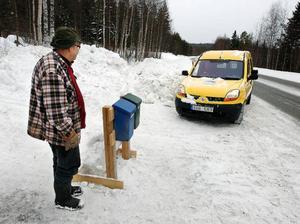 En historisk dag för Åke Andersson i Vågan, mellan Hackås och Svenstavik. Postbilen stannar vid hans brevlåda utanför huset. Det har aldrig hänt förut. Foto: Jan Andersson