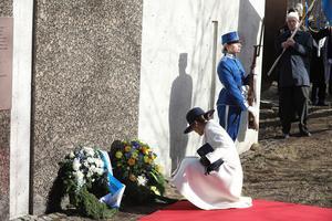 Kronprinsessan Victoria lägger ned en krans vid kransnedläggningen i Finlandsparken för att hedra slutet av Vinterkriget och de svenska Finlandsfrivilliga.