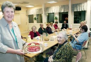 Tårtkalas. Röda korset i Norrsundet belönas för sitt arbete. Majvor Rossander åker till Solferino, som en av 20 representanter från Sverige.