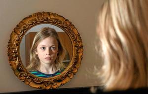 Att sätta sina barn på en piedestal är ingen bra idé. Barnen riskerar att bli små narcissister, som likt Narcissos blev kär i sig själv och aldrig kunde se sig mätt på sin egen spegelbild. Värme och tillgivenhet, däremot, ökar barnens självkänsla.