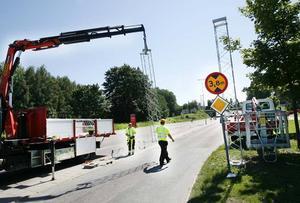 Varningsskylten som talar om hur hög bilen får vara räcker inte. Nu monteras ett nytt varningssystem före viadukten vid Norrtull.