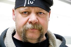 Eddie Backlund driver till vardags företaget Gärde Rör och Smide. Men numer är han också fastighetsägare till den återuppväckta matbutiken i Hackås.