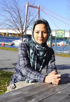 Kowsar Amiri har fullt upp. Hon studerar till undersköterska, läser på komvux och jobbar samtidigt på lotsföretaget Eductus som språkhjälp.