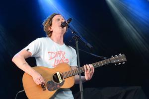 Timo Räisänen bjöd en liten men trogen skara till publik på humor, värme och musik.