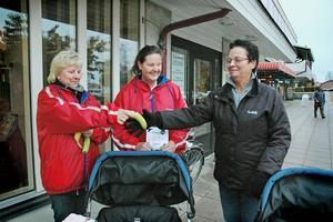 Monica Hedin tar emot en banan av Kommunals Katarina Eriksson och Annika Norling.
