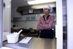 Rampai Haboonme berättar att antalet portioner hon säljer på en dag varierar. En bra dag har hon upp mot hundra kunder.