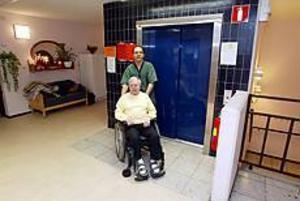 Foto: LASSE HALVARSSON Försöker inte. Elon Sterner, 81, och vårdbiträdet Abbe Khalifa rullar in i hissen för att fotografen ska få en bild. Men åka, det vågar de inte. Både personal och anhöriga har fastnat i hissen, och personalen vågar inte chansa med de äldre.