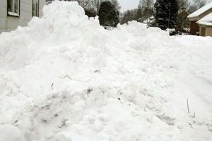 Nu har upplogad snö lämnats i korsningen Fallrisgatan-Olkens väg strax intill Lars Johanssons hus.