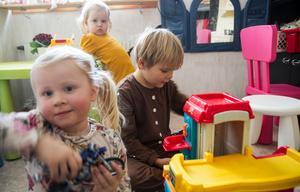 Pelle är dagen till ära klädd till pepparkaksgubbe, Ellen leker med en motorcykel och Agnes kollar in fotografen.