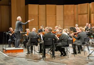 Martin Fröst är en dramatisk dirigent som gav Beethovens fjärde symfoni en högupplöst återgivning.