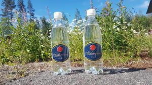 Både kolsyrat och stilla mineralvatten tillverkas på fabriken. Bild: privat