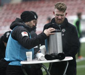 Fystränaren Jimmy Högberg bjöd spelarna, bland andra Michael Almebäck, på varm saft medan snöflingorna singlade ned över ÖSK:s måndagsträning.