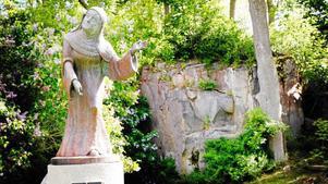 Bild: Anders SjöbergDen Heliga Birgitta, Europas skyddshelgon, firas i hela den katolska världen den 23 juli. I Finsta – i hennes barndomshem – firas hon med tre guidade vandringar under tre dagar.