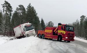 En virkeslastbil med släp körde i diket på E14 öster om Järpen.