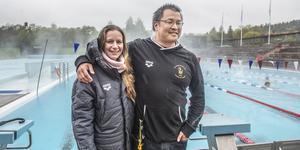 Tränarduon Sophie och Kevin Lai trivs i Sundsvall och med jobbet i Sundsvalls Simsällskap.