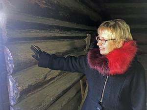 Annika Göran Rodell i torkrian från år 1600 där man eldade för att torka svedjerågen förr i tiden. Timmerväggarna är fortfarande sotsvarta.