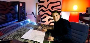 Martin Jonsson Tibblin framför mixerbordet som han använder då han efterarbetar och färdigställer skivinspelningar och vid sitt arbete med elektronisk musik och ljudkonst. Mixerbordet har tillhört Mikael B Tretow och figurerar i en dokumentär om ABBA som SVT gjorde sent 90-tal.