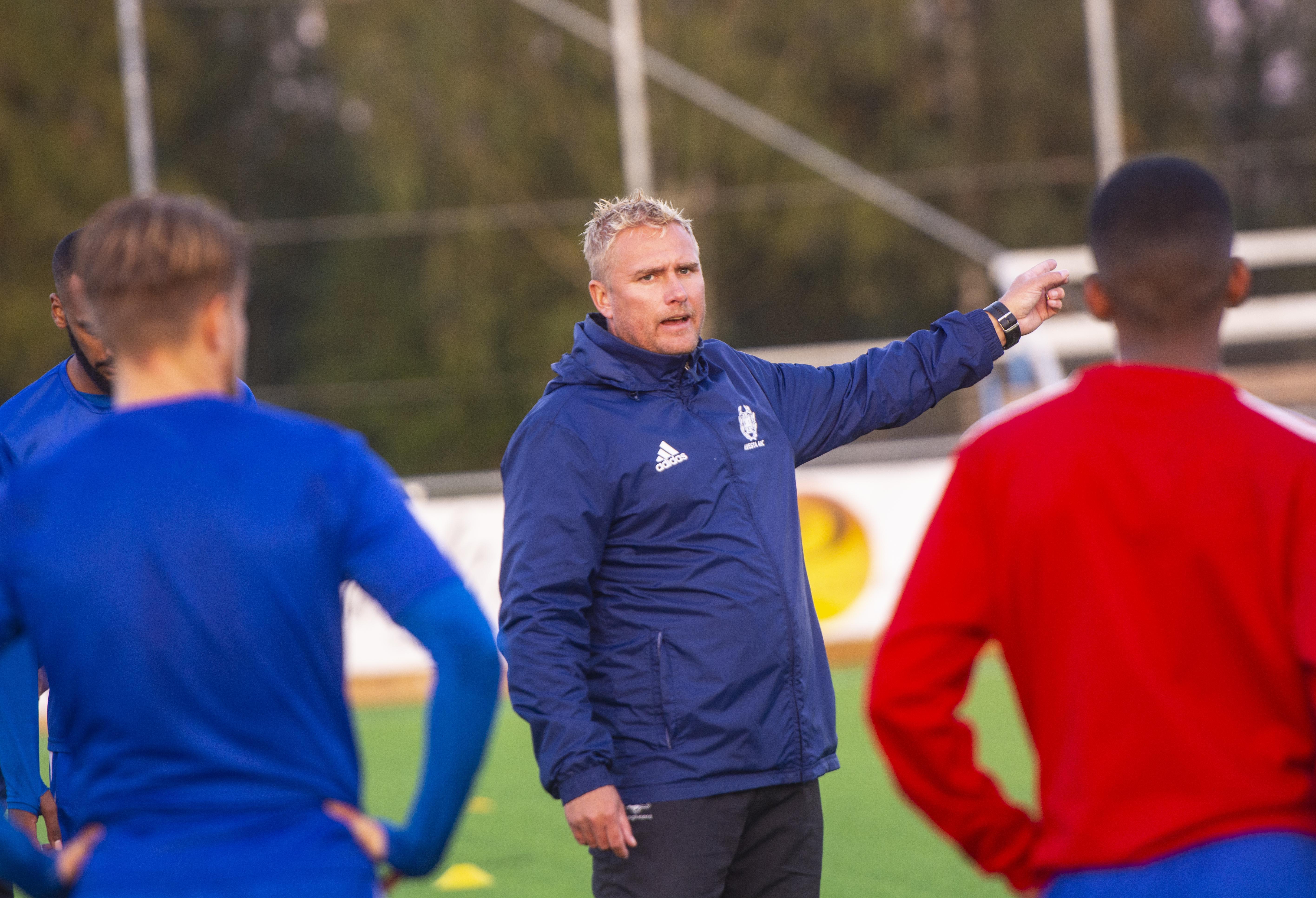 Magnus Svedlund leder unga Avesta AIK i jakten på en plats i division 3. Laget har potential, menar tränaren, och risken finns att spelarna kan söka sig till andra klubbar om
