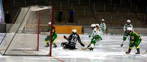 Skutskärs svenska mästare är igång igen – här görs det mål mot VSK i första träningsmatchen. FOTO: LARSGÖRAN SVENSSON