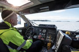 Skepparen Patrik Norgren är tacksam att Humlan finns när isen är så tjock att M/F Ulvön inte kan användas.