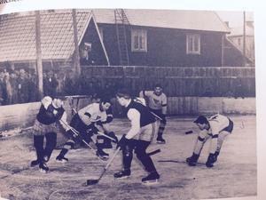 Denna bild från gamla hockeyplanen visar bland annat Mas-Åke Larsson där MIK spelar mot Matteuspojkarna, säsongen 1948/49