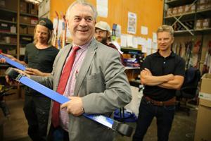 Landsbygdsminister Sven-Erik Bucht tittade hur rullskidorna fungerade på Älvdalsföretaget Skistart.