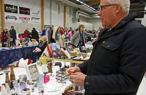 """Stefan Jansson samlar på annorlunda leksaksbilar och köper två av Bitten Bäckman. """"Nu ska de upp på hyllan i garaget"""", konstaterade han och fortsatte vidare bland loppisborden."""