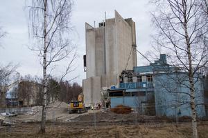 Planen är att  allt rivningsarbete av Bromsäng ska vara klart till våren då det ska planteras gräs på platsen.