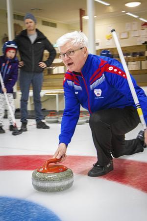 Anders Rodin vid prova på-curling i Sundsvall. Men den här gången fick den ställas in.