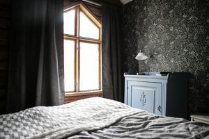 I sovrummet hittar man ett vackert gammalt fönster.