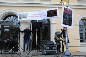 Protesterna har varit många sedan det lades ett varsel mot halva ensemblen på länsteatern i Örebro.