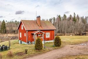 11,5 ha mark invid Hedströmmen med naturskönt läge. Två stora ekonomibyggnader om ca 350m² + 180m² med många användningsområden. Foto: Carina Heed.