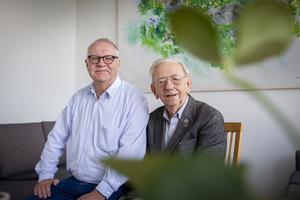 Kjell Söderberg (till vänster) minns sin partikollega Leif Hansen.