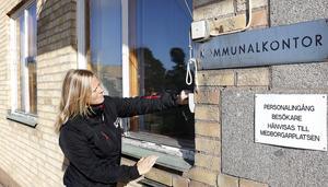 Fönsterkarmarna är illa åtgångna på det gamla kommunhuset i Hällefors konstaterar kommunens fastighetschef Jessica Nilsson.